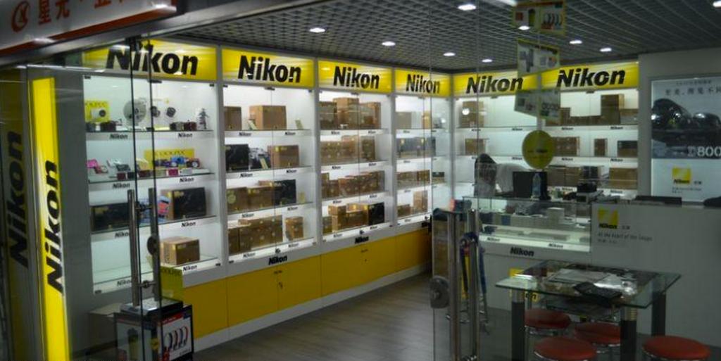ニコン売り場。と言ってもNIKON社が運営する店舗ではなくて、NIKONCHINA社から販売許可を得た会社が運営しています。特に1Fは販売許可書を持っている店舗が多いのが特徴です。その代わり、淘宝網や2Fより値段が高いのが特徴です。